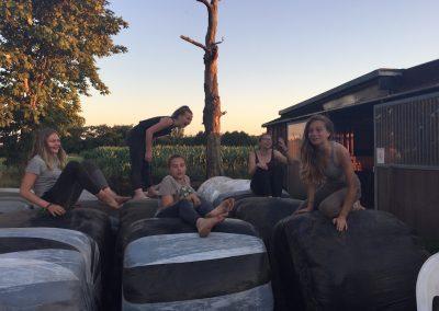 04-Paardenkamp-jongeren-plezier-op-het-hooi